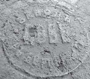 Клеймо «Заводъ Новь въ Боровичах» на крышке, закрывающей керамический  колодец на мызе Пелла